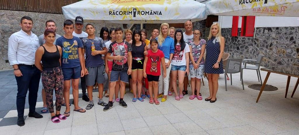 """Vacanță pentru 20 de adolescenți din cadrul Complexului de Servicii Sociale """"Floare-de-Colț"""" din Târgoviște"""